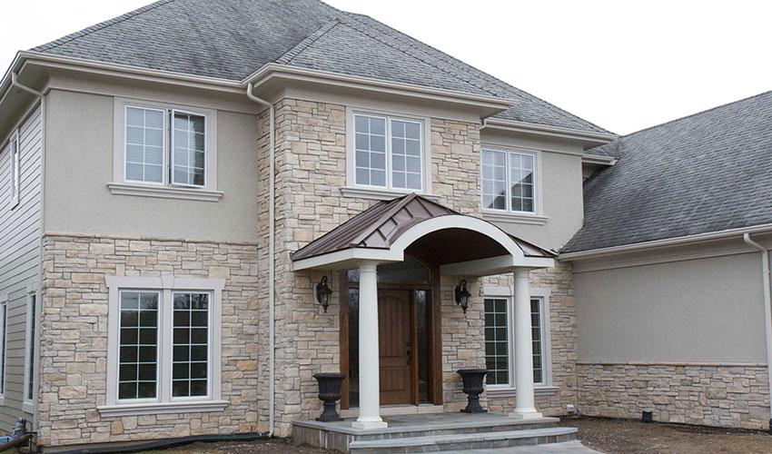 Облицовка фасада дома кирпичом и камнем